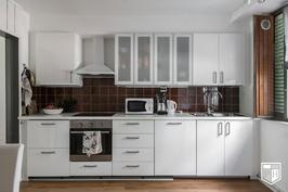 Isomman asunnon keittiö, josta mahdollista avata käynti 2-tasoiseen asuntoon.