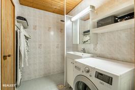 Pesuhuoneessa paikka pesukoneelle