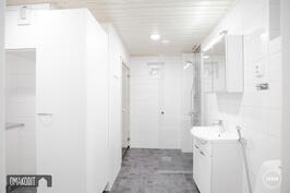 Rakentajan aiempaa tuotantoa, kylpyhuone näillä materiaaleilla
