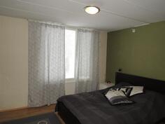 Molemmat makuuhuoneet ovat yläkerrassa; makuuhuone 1
