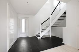 Eteinen, portaat yläkertaan