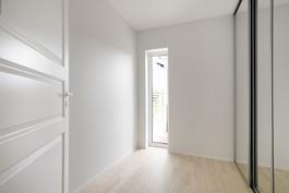 Yläkerran vaatehuone, peililiukuovelliset kaapit