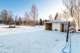 sisäpihalla on yksi aidattu laidunmaa, jossa oma pihatto ja lämmitetty juottopiste hevosille