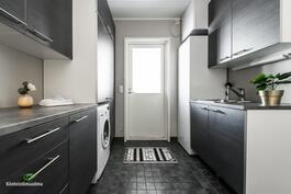Kodissa on lisäksi toimiva kodinhoitotila uloskäynnillä, kura-altaalla ja vesipisteellä