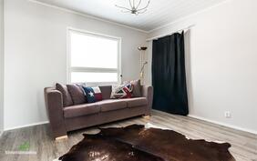 Myös toinen makuuhuoneista on vaalean sävyinen ja tilava..