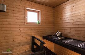 .. sekä tunnelmallinen, ikkunallinen sauna
