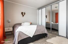 Kodissa on kolme tilavaa makuuhuonetta, jossa päämakuuhuoneessa tyylikkäät koko seinän levyiset liukuovikaapistot