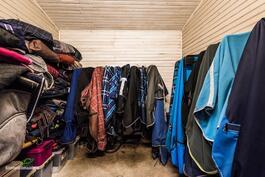 kuivaushuone missä pesukoneet ja tehostettu ilmanvaihto