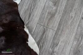 .. lattioissa kaunis harmaan sävyinen lankkulaminaatti