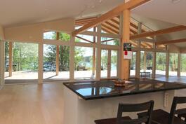 talon järvenpuoleinen seinä on lämmitettävää lasia lattiasta kattoon