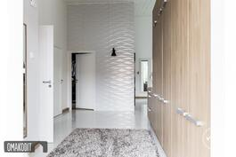 Tilava eteinen 13,9m², vino korkea sisäkatto, koristekaakelit, Puustellin kalusteet