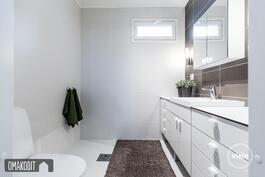 Erillinen wc 3,8m² eteisessä, suihkuvaraus, ikkuna
