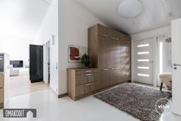 Tilava eteinen 13,9m², valkoinen laattalattia, Puustellin kalusteet