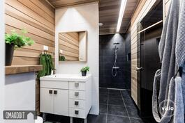 Saunarakennuksen wc, pesuhuone sekä saunatilat. Unidrain lattiakaivo seinän vieressä