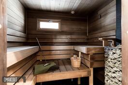 Sauna 4,4m², Misa sähkökiuas, SunSaunan lauteet, ikkuna