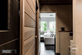 Näkymä pesuhuoneesta saunatupaan