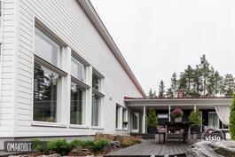 Viimeistelty pihapiiri, patiotilaa n.150m². Helppohoitoiset viher- ja kukkaistutukset.