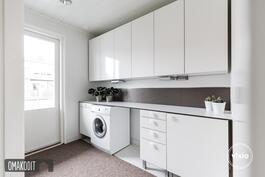 Kodinhoitohuone 6,4m² eteisessä, käynti ulos, Puustellin valkoiset kalusteet