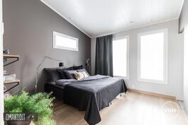 Makuuhuone 12,6m² jonne pariovet olohuoneesta, vaatehuone 4,7m² ja oma wc 2,7m²