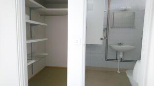 Keittiöstä, vasemmalla olohuone, etu vas. vaatehuone, etu oik. wc, oikealla sisäänkäynti