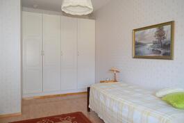 Makuuhuone on tilava. Komeroiden tilalle voi rakentaa myös vaatehuoneen.