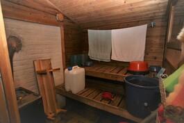 Eteisestä ovi saunaan