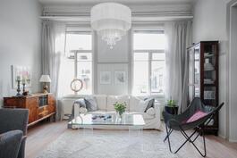 Olohuoneessakin sijaitsevat korkeat ikkunat päästävät luonnonvalon sisään kotiin.
