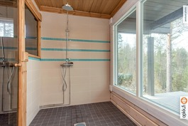 Saunarakennuksen kylpyhuonetta, huomaa ikkunat