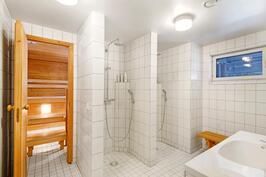 Alakerran kylpyhuoneen avarat pesutilat