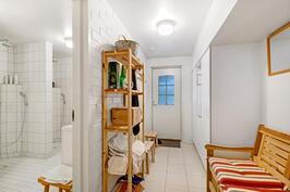 Alakerran sauna- ja kylpyhuoneosasto, jossa myös erillinen wc