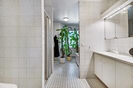 Yläkerran valoisa kylpyhuone