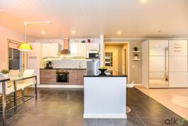 Upea keittiö toimii kodin keskipisteenä.