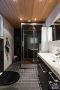 Arjen luksusta alakerran kylpyhuoneessa.