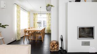 Keittiön ja olohuoneen yhdistää reilunkokoinen ruokailutila.