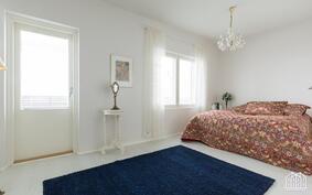 Suurimmassa makuuhuoneessa neliöitä peräti 16,5, ja kulku parvekkeelle.