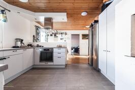 Vaalea, uusittu keittiö