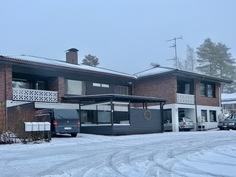 tyylikäs talo, jossa kookas asunto, runsaasti erilaisia tiloja ja vuokrattu kaksio