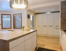 toimiva, väljänoloinen keittiö, josta käynti omalle pihalle