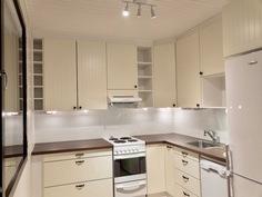 kaksion keittiö (om. kuva kun asunto oli tyhjänä)