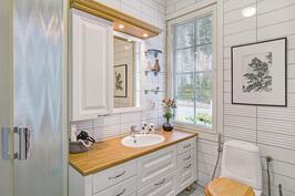 Yläkerran valoisa ja kutsuva kylpyhuone