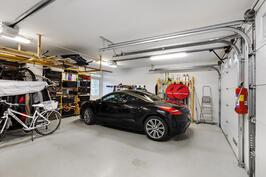 Kahden auton tilava lämmin autotalli