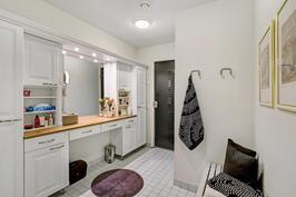 Päärakennuksen saunatiloissa on oma tilava kylpyhuone.