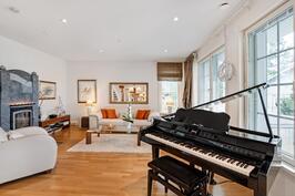 Alakerrassa avautuu talon edustuksellisuus, olohuone on rauhallisen tyylikäs kokonaisuus.