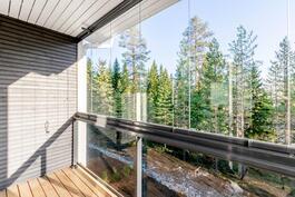 Yläkerran lasitettu parveke (käynti olohuone/keittiö-tilasta)