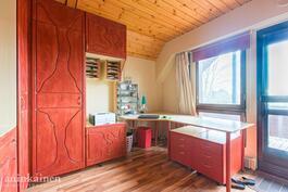 makuuhuone 3, jossa myös työtila ja käynti parvekkeelle