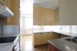 Keittiössä ja ja katon muut puuosat maalattu valko