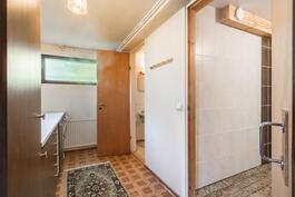 Kodinhoitohuone ja kylpyhuone kellarikerroksessa