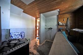 Sauna ja suihku kellarissa