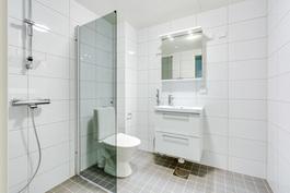 Tilava kylpyhuone lattialämmityksellä