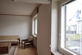 Olohuoneen ja keittiön ikkunat länteen.
